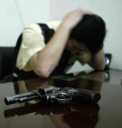 SUICIDA, mps, crisi, licenziato si suicida, bersani, renzi, monti, grillo